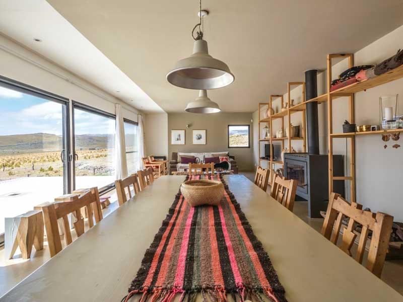 Interior de diseño de casa moderna en el campo
